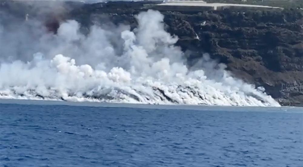 Colada de lava llegando al mar