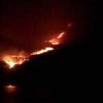 La lava alcanza el mar en La Palma, a la altura de la playa de Los Guirres