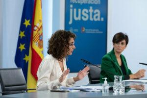 La ministra de Hacienda y Función Pública, María Jesús Montero, junto a la ministra de Política Territorial y portavoz del Gobierno, Isabel Rodríguez.