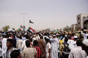 Manifestantes delante del Ministerio de Defensa de Sudán en Jartum durante una protesta en 2019 - Ala Kheir/dpa