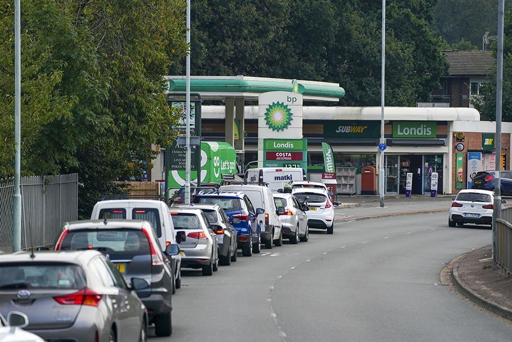 Cola de vehículos en una gasolinera en Bracknell, Reino Unido. - Steve Parsons/PA Wire/dpa