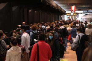 Un gran número de pasajeros espera en uno de los andenes de la estación de Madrid - Puerta de Atocha - Isabel Infantes - Europa Press