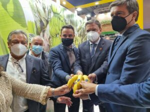 El ministro de Agricultura, Luis Planas (en el centro), junto a representantes de Asprocan en la 'Fruit Attraction 2021' - ASPROCAN