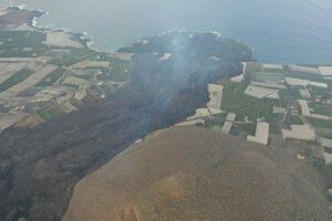 Imagen desde el aire de la colada del volcán de La Palma y del delta formado tras llegar la lava al mar - CABILDO DE LA PALMA