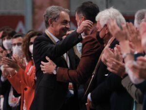 El expresidente del Gobierno José Luis Rodríguez Zapatero abraza al presidente Pedro Sánchez. - Rober Solsona - Europa Press