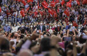 El presidente del Gobierno y secretario general del PSOE, Pedro Sánchez (centro), rodeado de miembros de la nueva Comisión Ejecutiva Federal, en la clausura del 40º Congreso Federal del partido, a 17 de octubre de 2021, en Valencia. - Rober Solsona - Europa Press