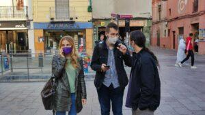 La presidenta del grupo municipal de Badalona En Comú Podem en el Ayuntamiento de Badalona (Barcelona), Aïda Llauradó, con miembros del grupo municipal tras firmar la petición de moción de censura al alcalde, Xavier García Albiol (PP). - EUROPA PRESS