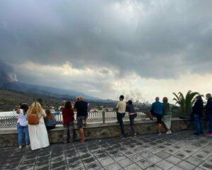 Un grupo de personas observa la erupción del volcán de La Palma desde el mirador de Tajuya - GOBIERNO DE CANARIAS