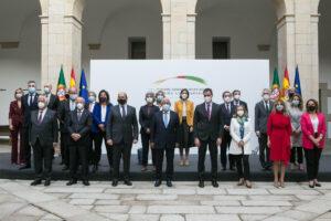 Foto de familia del primer ministro de Portugal, Antonio Costa (4i); el presidente del Gobierno, Pedro Sánchez (5i); la vicepresidenta primera y ministra de Asuntos Económicos, Nadia Calviño (6i); la vicepresidenta segunda y ministra de Trabajo y Economía - Jorge Armestar - Europa Press