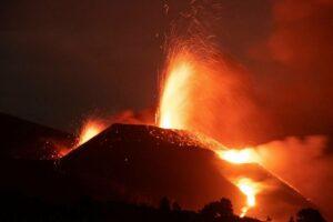 Cuando se cumple un mes de la erupción del volcán de Cumbre Vieja, la actividad se mantiene dentro de la normalidad según ha informado el Pevolca. / EFE/Miguel Calero