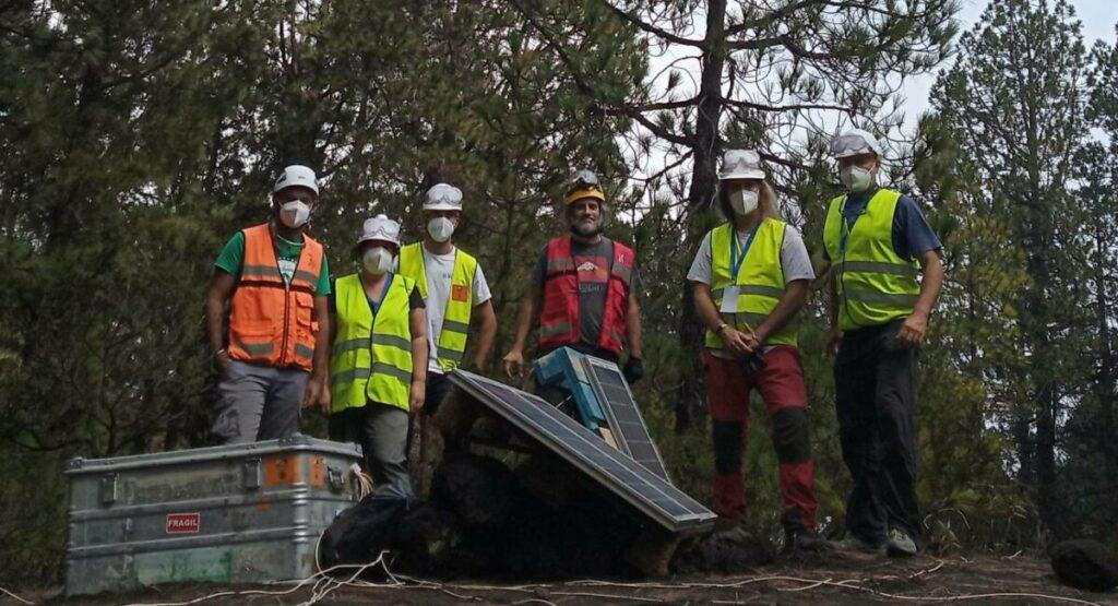 El equipo de sismólogos de la Universidad de Granada trasladado a La Palma con Javier Almendros (segundo por la izquierda). / Foto cedida por el investigador