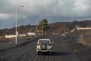 La ceniza del volcán de Cumbre Vieja cubre la zona turistica de la localidad de Puerto Naos - Europa Press