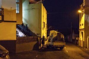 Varios vecinos en el desalojo de varios municipios debido al avance de la colada del volcán de Cumbre Vieja - Europa Press