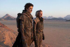 En la novela y película Dune (2021), los habitantes del desértico planeta Arrakis utilizan trajes de destilación que reciclan los desechos producidos por el cuerpo. /Warner Bros Pictures