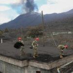 Militares del Ejército de Tierra limpian la ceniza de los tejados de las viviendas, en la localidad de Las Manchas, La Palma - UME