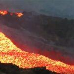 Colada de lava fluyendo en la isla de La Palma. / EFE / Involcan